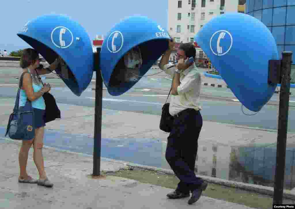 Điện thoại công cộng vẫn còn phổ thông ở Havana (ảnh Bùi Văn Phú)
