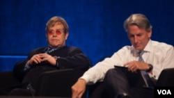 Ca sĩ Elton John (trái) dự Hội nghị Quốc tế bệnh AIDS, 23/7/12