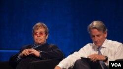 Bintang rock Elton John menghadiri Konferensi AIDS di Washington, DC. (Foto: VOA)