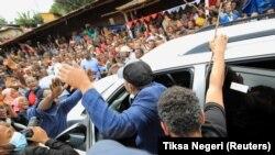 Le Premier ministre éthiopien Abiy Ahmed salue la foule après avoir voté lors des élections parlementaires et régionales, dans la ville de Beshasha, en Éthiopie, le 21 juin 2021.