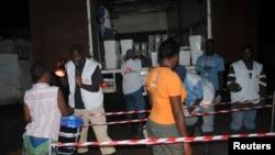 Médecins sans Frontières procède à la distribution de désinfectant à la population locale à Monrovia, Liberia, le 20 octobre 2014.