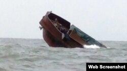 Hình ảnh tàu Quế Bắc bị chìm ở Móng Cái.