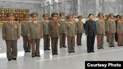 Quân phục của ông Jang Song Teak, Phó Chủ tịch Ủy ban Quốc phòng (thứ ba từ bên trái) đã đổi từ màu nâu nhạt sang màu nâu đậm (hình chụp ngày 9/9/2012)