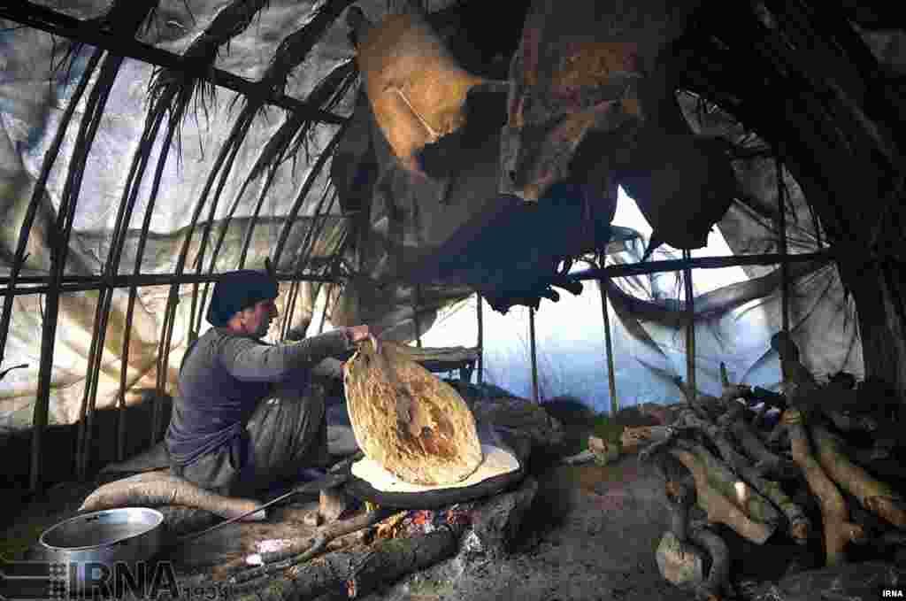 عشایر منطقه «خان لیلی» در نزدیکی قصرشیرین استان کرمانشاه که در تولید پشم، گوشت و فراورده های لبنی فعالند. عکس: بهمن زارعی
