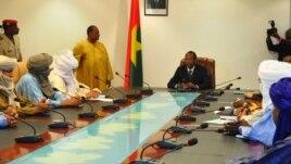 Des membres du MNLA et d'Ansar Dine à Ouagadougou le 16 novembre 2012, lors d'une rencontre avec le médiateur de la Cédéao pour le Mali, le président du Burkina Faso, Blaise Compaoré.