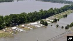 Δεκάδες χιλιάδες κόσμος κινδυνεύει από τις πλημμύρες στον Αμερικανικό νότο