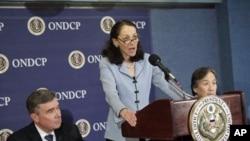 美国食品和药品管理局局长(中)助理局长(右)和毒品控制政策办公室主任