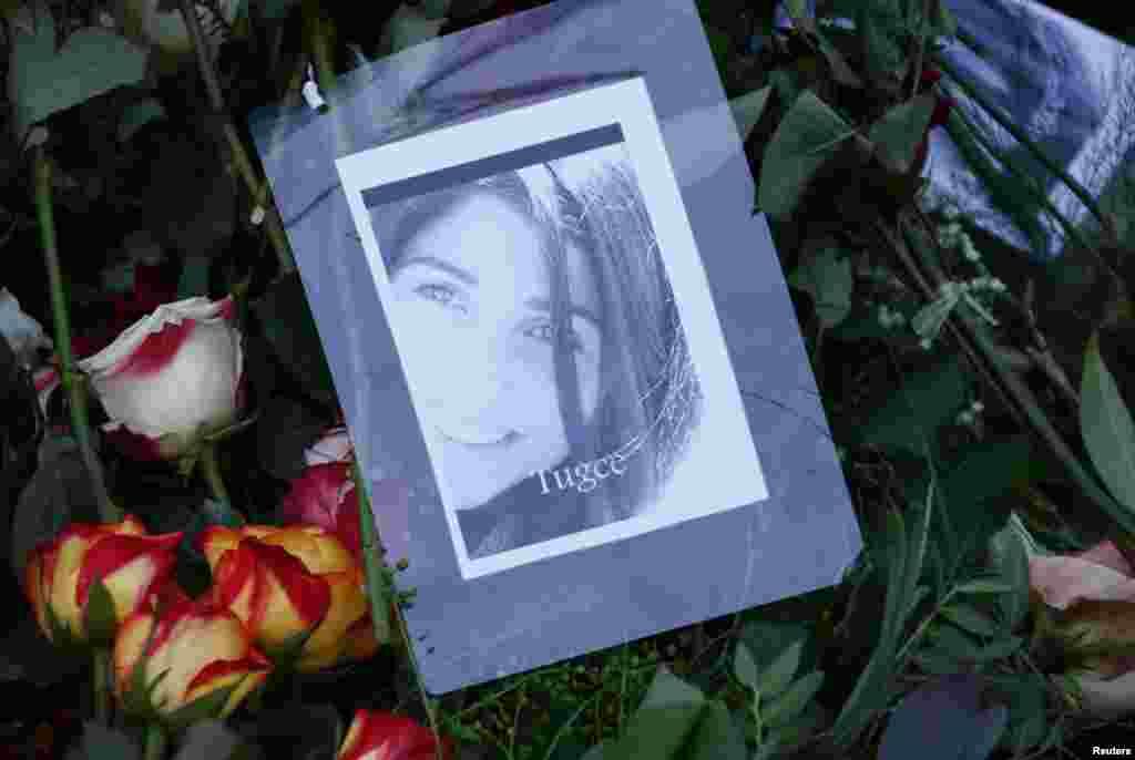 Lilin dan foto Tugce Albayrak di makamnya di Bad Soden-Salmuenster (3/12), Jerman. Tugce Albayrak, 23, dipukuli bulan lalu di depan sebuah rumah makan di Offenbach dekat Frankfurt, saat membela dua perempuan yang dilecehkan. Ia kemudiah jatuh koma dan meninggal dunia pada 28 November, atau hari ulang tahunnya.