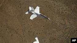 미 F-18 전투기 아래에 비행 중인 미군 무인기 (자료사진)