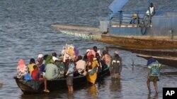 Les passagers d'une pinasse sur le fleuve Niger, à Ségou, centre du Mali, le mardi 15 janvier 2013. (Ph.d'archives).