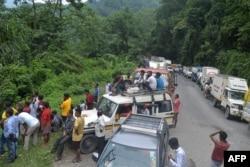 Lalu lintas macet di dekat lokasi longsor di sepanjang jalan raya yang menghubungkan negara bagian Sikkim dan Benggala Barat, di Sevok, 12 Agustus 2021. (Foto: Diptendu DUTTA / AFP)