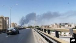 지난 13일, 민병대들 간에 전투가 벌어진 리비아 트리폴리 국제공항 방향에서 연기가 피어오르고 있다.