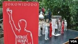 Patung-patung kecil Presiden Joko Widodo karya mahasiswa FSRD ITB di Pasar Seni ITB 2014. (VOA/R. Teja Wulan)