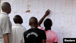 Des électeurs regardent les noms sur un mur au bureau de vote de Kisumu, Kenya, le 6 août 2017.