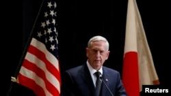 美国国防部长马蒂斯与日本防卫大臣稻田朋美在东京举行的联合新闻发布会上(2017年2月4日)