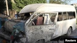 Bus yang membawa karyawan televisi Afghanistan ini hancur akibat bom di Kabul, Afghanistan 30 Mei 2020. (Foto: dok). Bom pinggir jalan kembali menewaskan enam warga sipil di distrik Mardyan, provinsi Jawzjan, Afghanistan, Rabu (24/6).