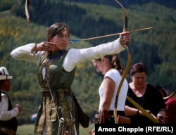 Hungarian Natalia Suarez Friedrichs participates in women's archery at the World Nomad Games (RFE/RL)