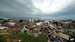 Perumahaan penduduk di kota Moore, Oklahoma porak poranda akibat serangan tornado, Selasa (21/5).