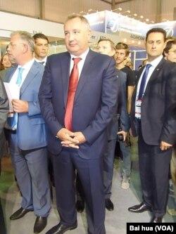 俄罗斯副总理罗格津(中) (美国之音白桦拍摄)