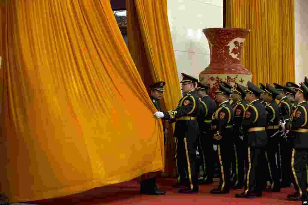 Những thành viên trong ban quân nhạc của Trung Quốc rời đi sau khi biểu diễn tại một buổi lễ tiếp đón Tổng thống Nam Phi Jacob Zuma tại Đại lễ đường Nhân dân ở Bắc Kinh, Trung Quốc.