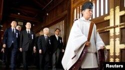 지난해 8월 일본의 종전기념일(패전일)을 맞아 '다함께 야스쿠니신사를 참배하는 국회의원 모임' 소속 여야 의원 50여 명이 야스쿠니 신사를 집단 참배하고 있다. (자료사진)