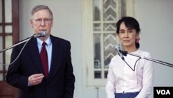 Senator AS, Mitch McConnell berbicara kepada pers setelah bertemu Aung San Suu Kyi di kediamannya di Rangoon, Burma hari Senin (16/1).