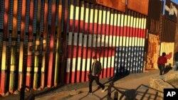Grafiti a lo largo del muro fronterizo en Tijuana, México.