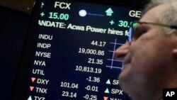 Un tablero en la sala de corretaje en el New York Stock Exchange muestra al promedio industrial Dow Jones superando los 19.000 puntos.