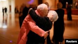 Donald Smitherman, 98 ans, embrasse sa femme Marlene à la fin d'une danse à Sun City, Arizona, le 5 janvier 2013.
