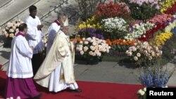 ພະສັນຕະປາປາ Francis ຜູ້ນຳ ສາສະໜາ Roman Catholics ຂອງໂລກ ຊົງນຳພາພິທີ ທາງສາສະໜາ ສຳລັບ Easter Mass ໃນຈະຕຸລັດ ຂອງ St. Peter ຢູ່ທີ່ Vatican, ວັນທີ 27 ມີນາ 2016.