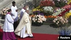 Đức Giáo Hoàng đến Quảng trường Thánh Phêro6 để cử hành Thánh lễ, ngày 24/3/2016.