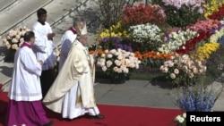 Paus Franciscus tiba untuk memimpin misa Paskah di lapangan St. Petrus, Vatikan