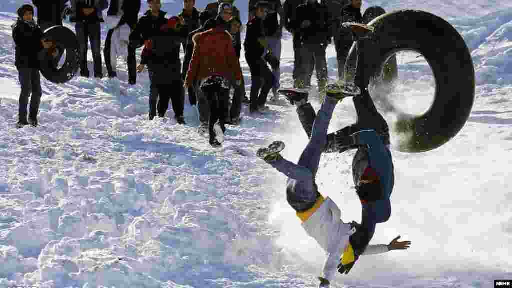هرچند برف برخی را به زحمت انداخته اما برای برخی دیگر، موجب تفریح شده است. تفریح مردم در طبیعت برفی همدان. عکس: پوریا پاکیزه، ایسنا