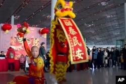 Pertunjukan barongsai di Bandara Internasional Beijing di Beijing, China, 17 Januari 2020.