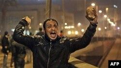 Người biểu tình Ai Cập chuẩn bị ném đá vào cảnh sát chống bạo động trong các vụ đụng độ ở thủ đô Cairo, ngày 26/1/2011