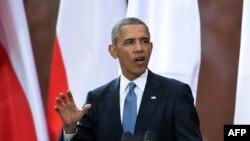 美国和波兰总统在华沙一起打出和平的手势(6月4日)