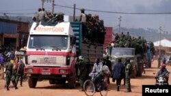 Des militaires congolais à bord des camions en route pour Kanyanayombo, à Butembo, dans le Nord-Kivu, 12 décembre 2004.