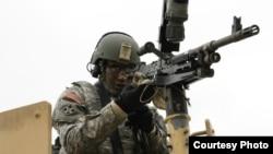 美国陆军士兵2017年4月19日准备实弹演习(美国陆战照片)