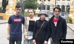 Bà Huỳnh Thị Kim Nga và ba người con trước tòa án Tp. HCM hôm 31/7/2020 nhưng không được phép vào phòng xử ông Ngô Văn Dũng và các thành viên nhóm Hiến pháp.