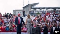 "Predsednik Donald Tramp i prva dama Melanija Tramp posle govora na skupu ""Make America Great Again"" na parkingu stadiona Rejmond Džejms 29. oktobra 2020. u Tampi u Floridi."