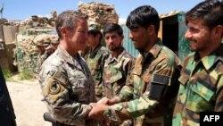 د جنرال سکاټ مېلر یو پخوانی عکس چې په وردک ولایت کې له افغان عسکرو سره روغبړ کوي.