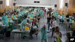 Mësuesit dhe stafi mbështetës duke u testuar për koronavirusin në Madrid, Spanjë (2 shtator 2020)