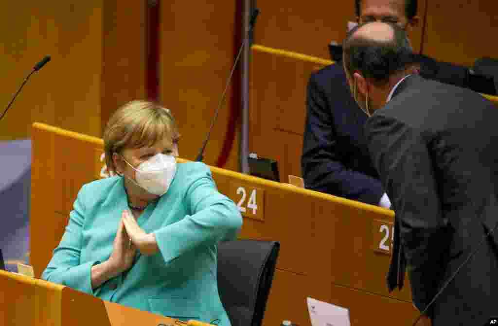 روش آنگلا مرکل صدر اعظم آلمان در احوالپرسی با دیگر سیاستمداران.
