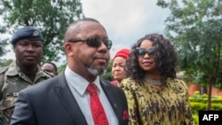 L'ancien vice-président du Malawi, Saulos Klaus Chilima (2e L), qui est maintenant président du parti United Transformation Movement (UTM), accompagné de son épouse Mary Chilima.