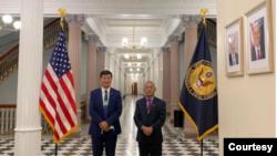 藏人行政中央司政洛桑森格(左)和驻北美办事处代表欧珠次仁在美国白宫大厅。(图片来源:藏人行政中央官方网站)
