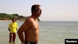 Ben Hooper, 38 ans, regarde la mer avant de commencer à nager depuis Dakar, Sénégal, le 13 novembre 2016.