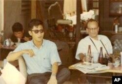 Phạm Trần tại 1 tiệm ăn ngay dưới lầu Eden Building, nơi có Văn phòng của VOA ở Sàigòn, trước trụ sở Hạ Nghị Viện cũ (bây giờ là Nhà hát lớn Tp Hồ Chí Minh), giữa 2 Khách sạn Continental and Caravelle (khoảng 1970)