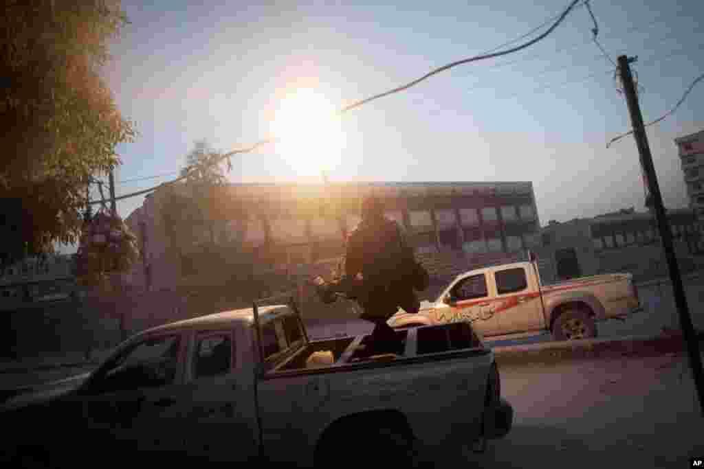 Suriya Azadlıq ordusunun döyüşçüləri zenit pulemyotlarından atəş açır, Hələb