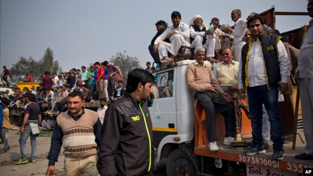 Protestors of India's Jat agricultural community block a highway linking New Delhi to Rohtak at Bahadurgarh, Haryana state, India, Feb.20, 2016.
