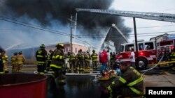 12일 미국 동부 뉴저지 시사이드파크에서 소방관들이 화재를 진압하고 있다.
